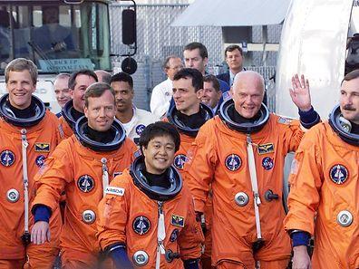 Zum zweiten Mal unterwegs in die Geschichtsbücher: Der 77-jährige John Glenn (2.v.r.) auf dem Weg in den Weltraum.