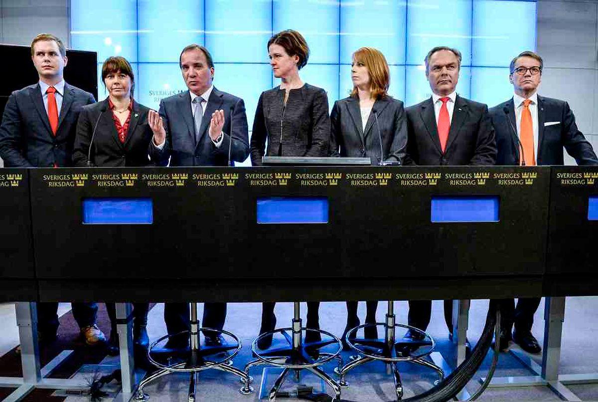 Die Vertreter der Parteien stellen sich der Presse.