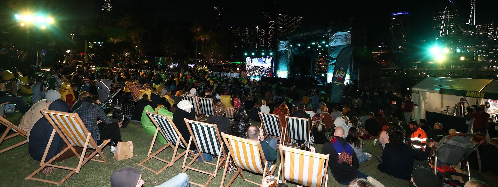 In Brisbane schauen sich die Menschen die Verkündung gemeinsam an.