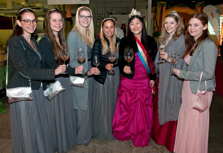 Die Weinkönigin Aline (4. v. r.) und die Rieslingkönigin Jeanne-Marie (3.v.r.) mit ihren Prinzessinen.