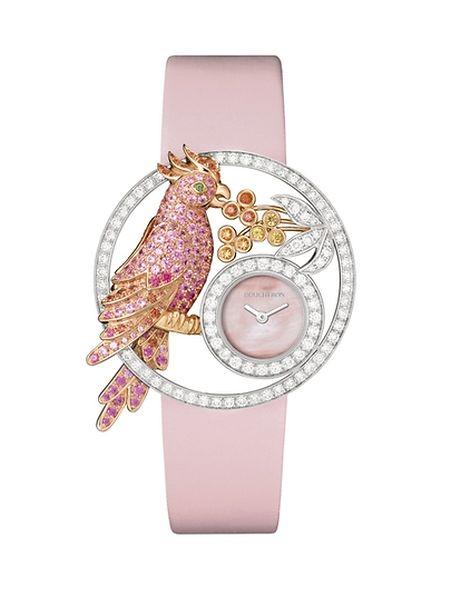 """(mij) - Eine Frau und die Liebe zu ihr lässt sich nicht in Gold aufwiegen - aber vielleicht in edlen Uhren? Das könnte womöglich teuer werden, vor allem dann, wenn man es mit solchen Schmuckstücken versucht. Armbanduhr """"Ajourée"""" von Boucheron in Weiß- und Roségold mit Diamanten und Saphirbesatz, Preis auf Anfrage."""
