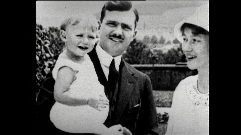 O futuro Grão-Duque Jean ao colo do pai e ao lado da mãe nos anos 20.