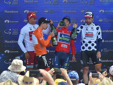 Richie Porte (maillot orange) entouré des vainqueurs des autres maillots distinctifs.