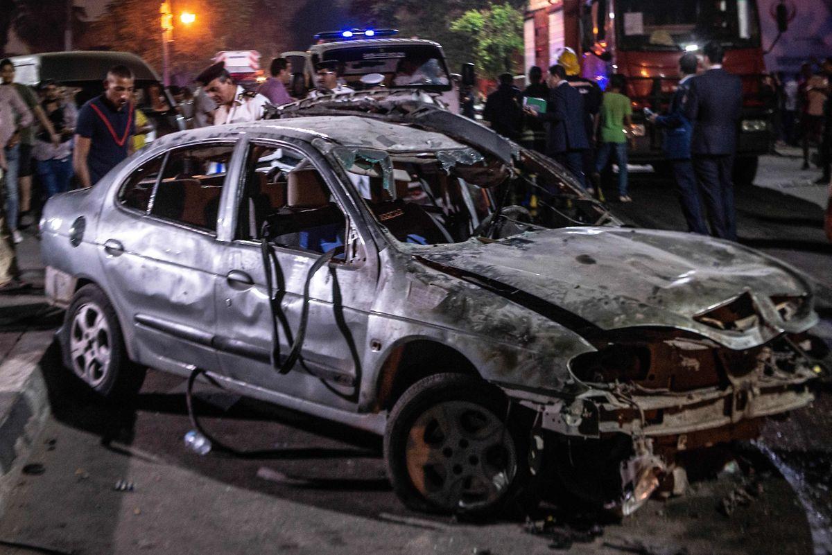 Ein ausgebranntes Auto am Schauplatz der Explosion im Zentrum von Kairo.