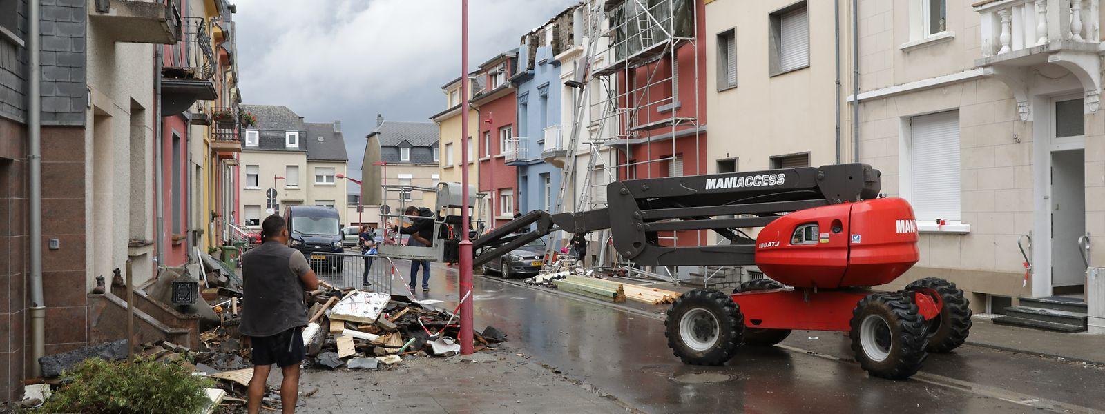 Am Montag gingen die Aufräumarbeiten in der Rue Neuve in Petingen weiter.