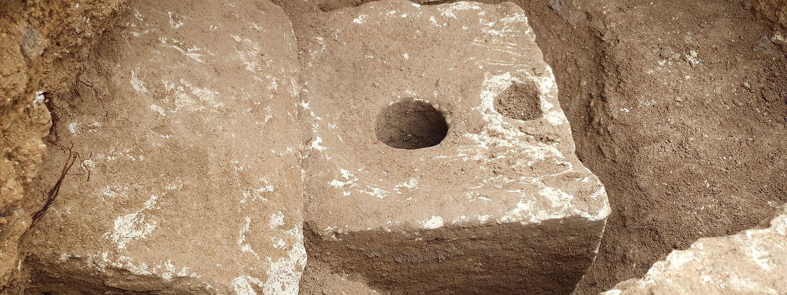 Ein quadratischer Block aus Kalkstein mit einem Loch in der Mitte. Das konnten sich vor 2.700 Jahren nur reiche Leute leisten.
