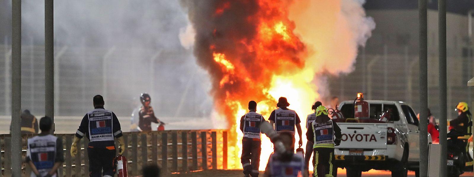 Romain Grosjeans Auto geht in Flammen auf.