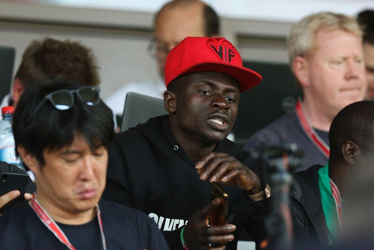 L'attaquant-star du Sénégal Sadio Mané, assis dans la tribune de presse du Josy Barthel