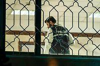 Ein Beamter der türkischen Polizei bei der Spurensicherung im Konsulat.