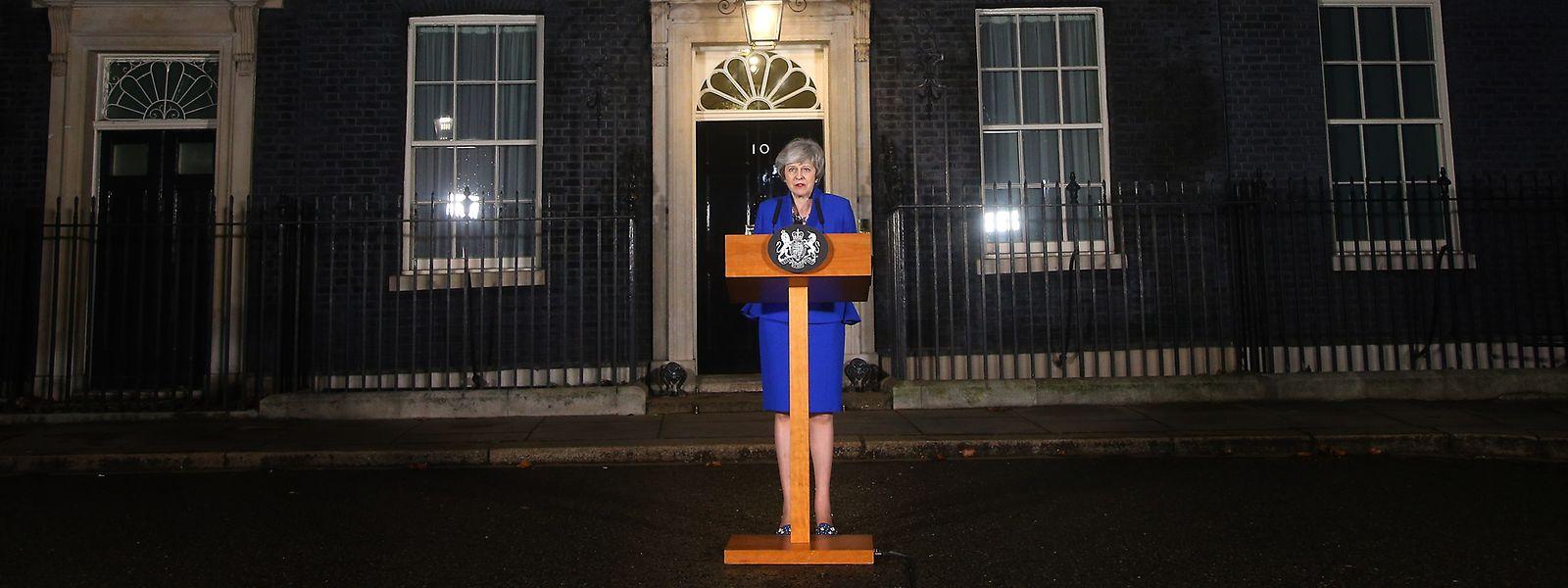 Theresa May, Premierministerin von Großbritannien, gibt vor der 10 Downing Street ein Statement.