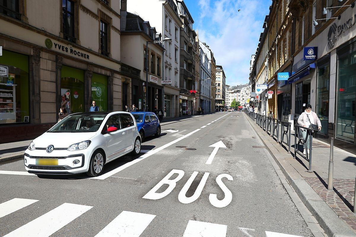 Von der Avenue de la Gare aus gelangen die Busse durch die Rue Jean Origer zur Place de Paris.