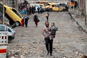 Samedi 4 mars: dans le quartier de Wadi Hajar à Mossoul, dévasté par les combats entre Daech et l'armée irakienne, un homme s'avance avec une fillette vers les soldats irakiens. Le photographe dit avoir été frappé par l'effroi qui se lit à la fois sur le visage du père et celui de l'enfant.