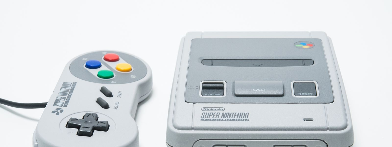 Hinter der Klappe an der Vorderseite des Super Nintendo Classic Mini stecken die Anschlüsse für die Controller, der Steckplatz für die Spielmodule ist nur Verzierung.
