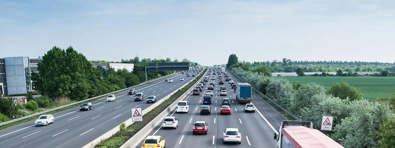 Bei dichtem Verkehr oder Stau müssen gerade Autofahrer achtsam sein - gerade wenn Rettungsfahrzeuge im Anmarsch sind.