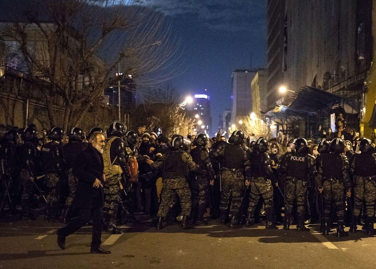Polícia iraniana vigia os protestos que invadiram as ruas nos últimos dias.