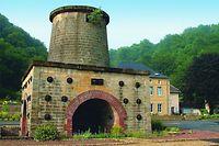 Ein gut erhaltener Hochofen als eindrucksvoller Zeuge der Eisenerzverhüttung in der Mitte des 19. Jahrhunderts; wie das Schloss von Cons steht auch er unter Denkmalschutz.