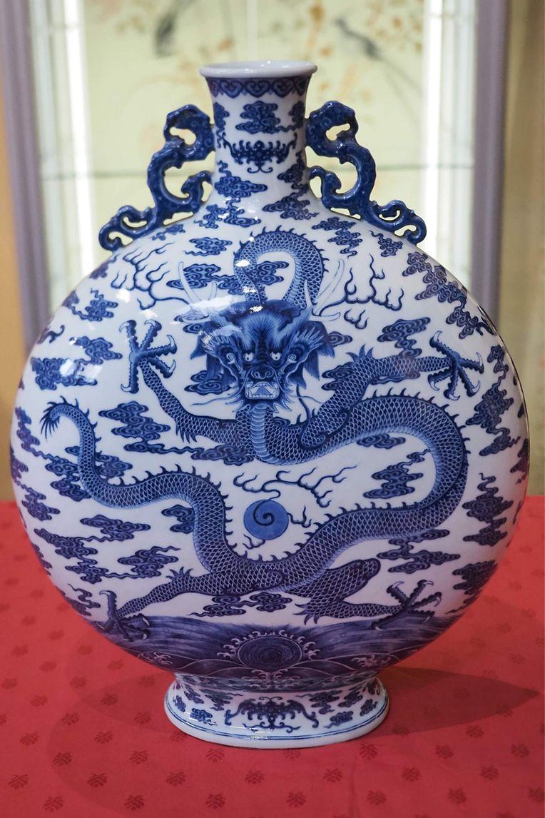 Bourges (F). Diese Mondflasche aus dem 18. Jh wurdebei einer Auktion für 4,94 Mio Euro im Palais Jacques Coeur versteigert.