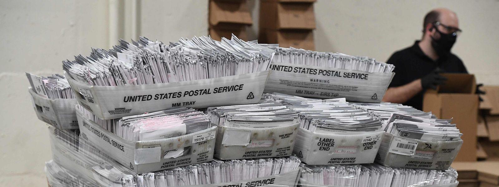 """Um die Ansteckungsgefahr zu minimieren, profitieren viele Wähler von der Möglichkeit, ihre Stimme vor dem eigentlichen Wahltag im Rahmen des """"early voting"""" oder per Briefwahl abzugeben."""