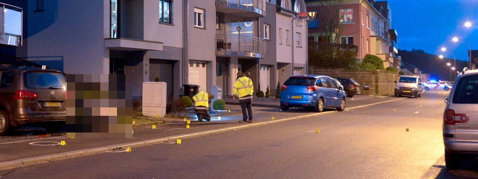 Mit diesem blauen Citroën raste der Täter in Wiltz in die Menschengruppe. Auf dem Bild sind Beamte des Mess- und Erkennungsdienstes bei der Spurensicherung zu sehen.