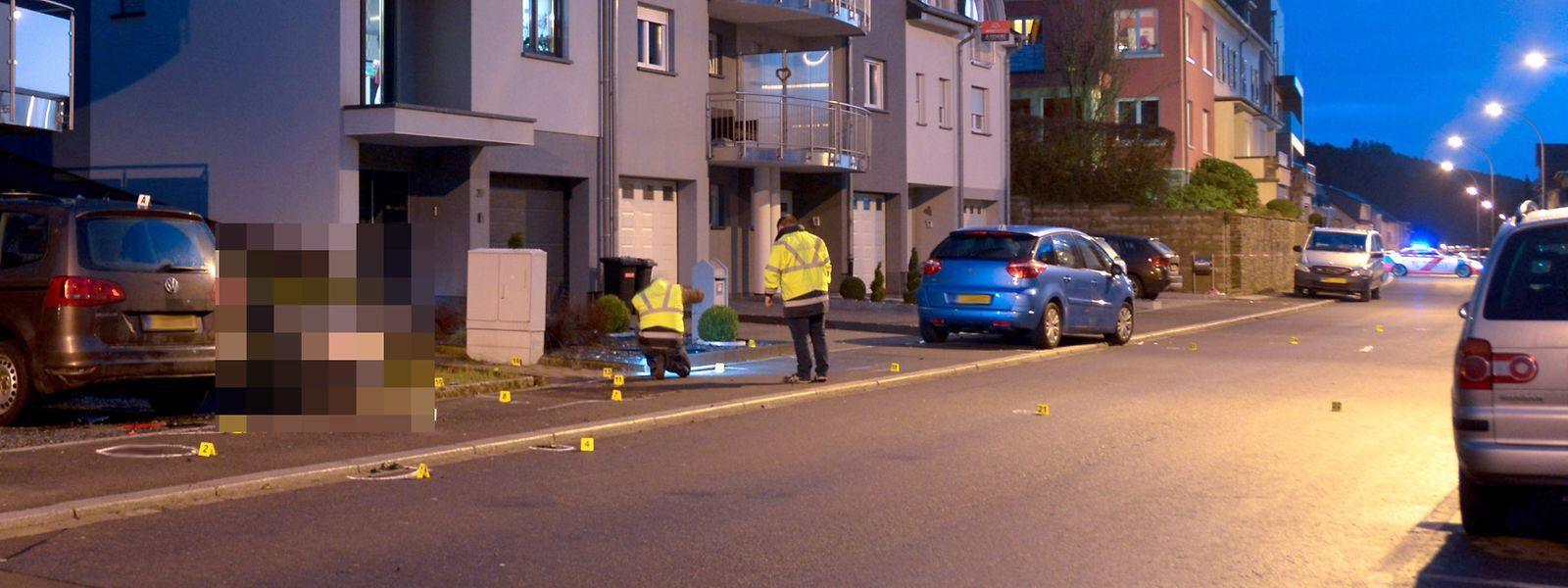 Mit diesem blauen Citroën raste der Täter in Wiltz absichtlich in die Menschengruppe. Auf dem Bild sind Beamte des Mess- und Erkennungsdienstes bei der Spurensicherung zu sehen.