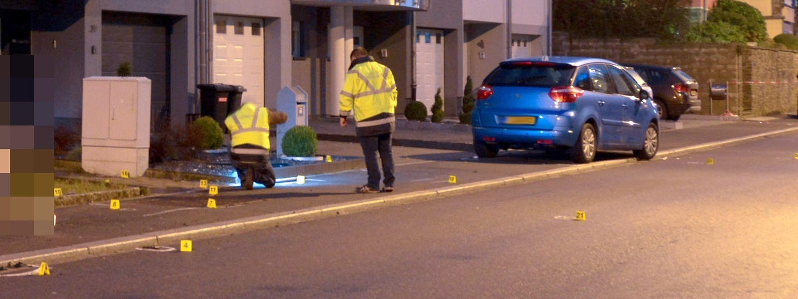 Mit diesem blauen Citroën raste der Täter e in Wiltz absichtlich in die Menschengruppe.Auf dem Bild sind Beamte des Mess- und Erkennungsdienst bei der Spurensicherung zu sehen.