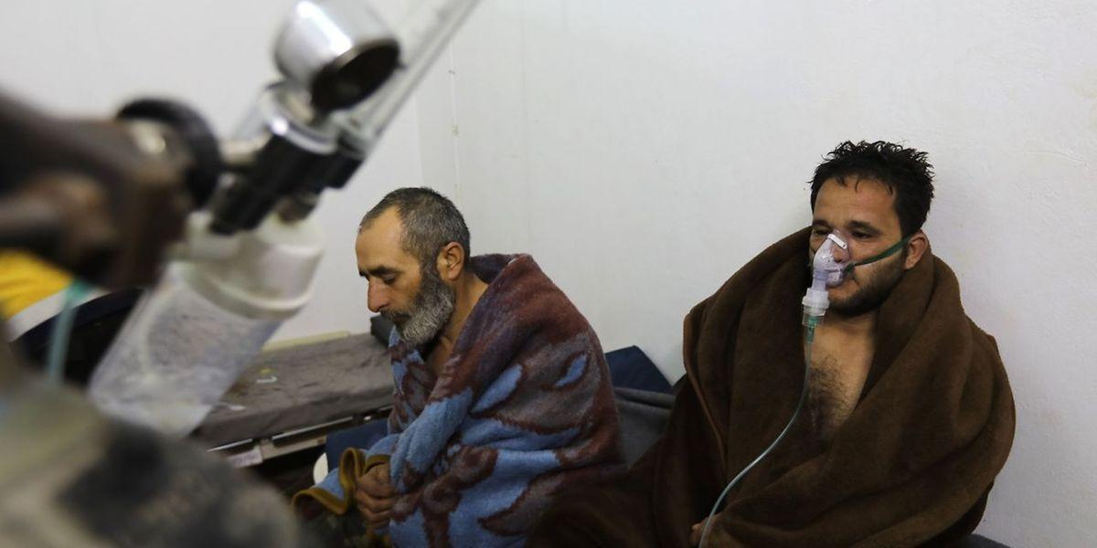 Die Weißhelme verbreiteten Fotos, auf denen Menschen mit Sauerstoffmasken behandelt werden.
