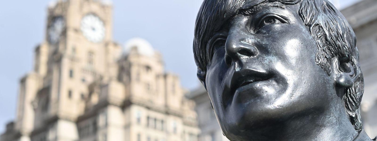 In Liverpool erinnert eine Statue an Lennon und die Beatles.