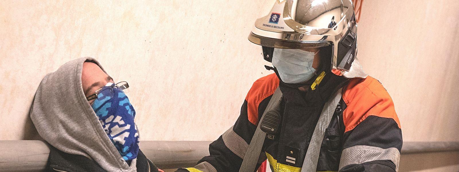 En contact proche avec les victimes d'accident ou de malaise, les pompiers se doivent d'être protégés contre l'infection mais aussi ne peuvent être sources de contamination.