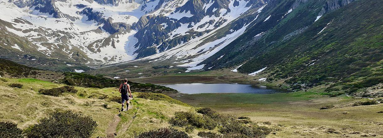 Rund um den Seeber See lässt es sich im Sommer herrlich Wandern – Ausblick auf schneebedeckte Gipfel inklusive.