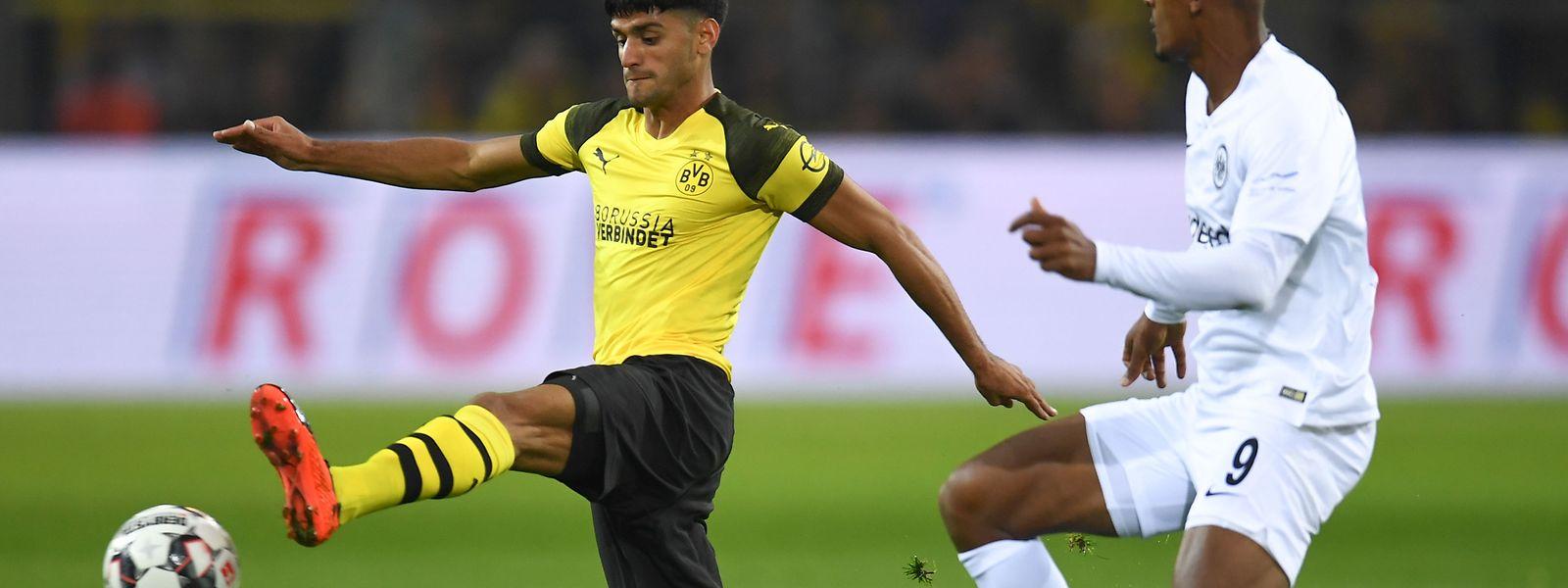 Dortmunds Mahmoud Dahoud ist vor Sébastien Haller am Ball.