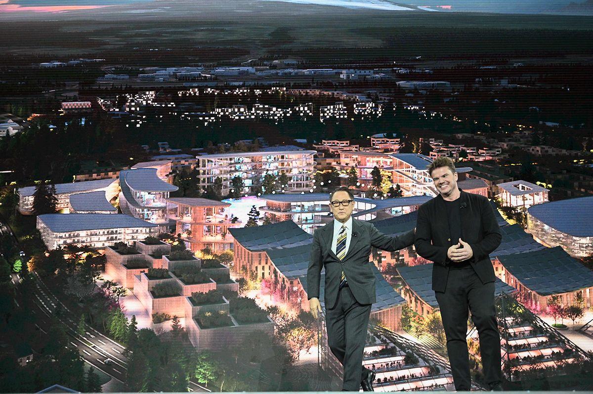 O presidente da Toyota Akio Toyodae com o arquiteto dinamarquês Bjarke Ingel