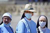 Nuns wearing a face mask attend the Pope's weekly Angelus prayer at St. Peter's Square in The Vatican, on June 28, 2020 during the weekly Angelus prayer, as the city-state eases its lockdown aimed at curbing the spread of the COVID-19 infection, caused by the novel coronavirus. (Photo by Alberto PIZZOLI / AFP)