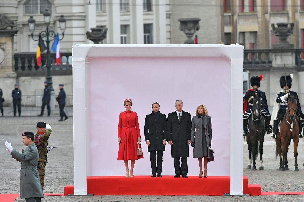 Emmanuel und Brigitte Macron mit dem Ehepaar Michel in Brüssel. Von den Männern und Frauen in gelben Westen bekam der Präsident nur wenig mit.
