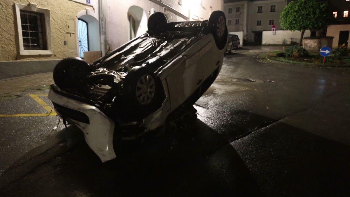 Ein Auto wurde in Hallein (Österreich) von den Fluten mitgerissen und liegt nun kopfüber auf der Straße.