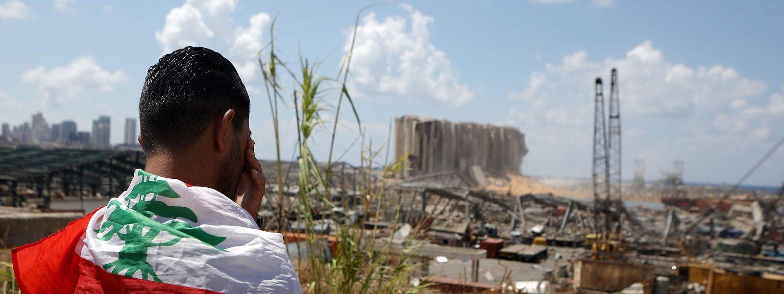 Mit Tränen in den Augen richtet ein Demonstrant seinen Blick auf den zerstörten Hafen von Beirut, der sinnbildlich für das Scheitern eines ganzen Staates steht.