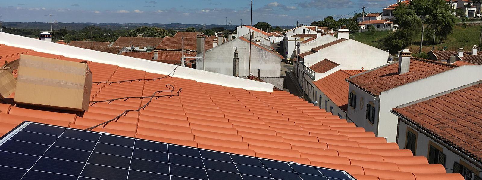 Os últimos painéis da compra coletiva já brilham sobre os telhados de São Luís.
