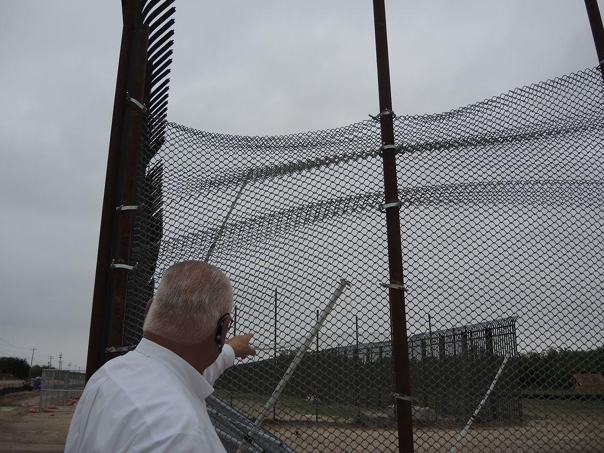Der Sheriff des Val Verde Countys imUS-Bundesstaat Texas, Joe Frank Martínez, ist vor einer improvisierten Verbindung aus Maschendrahtzaun zwischen zwei Zaunelementen an der US-Grenze zu Mexiko in der Stadt Del Rio zu sehen.