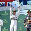 17.03.2019, Australien, Melbourne: Formel 1: Großer Preis von Australien: Mercedes-Pilot Valterri Bottas (M) aus Finnland hält die Siegertrophäe auf dem Podium. Links der Zweitplatzierte Lewis Hamilton aus Großbritannien (Mercedes). Rechts Red Bull-Fahrer Max Verstappen aus den Niederlanden, der Dritter wurde. Foto: Julian Smith/AAP/dpa +++ dpa-Bildfunk +++