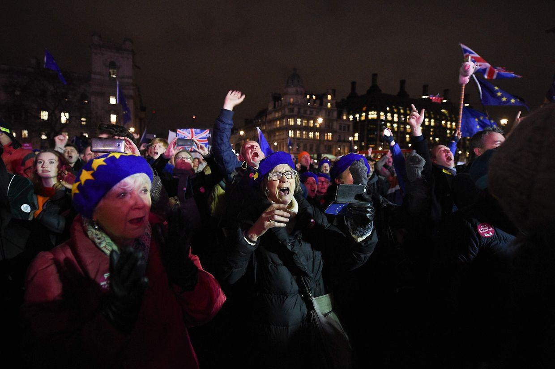 Pesoas reagem aos resultados da votação, em Londres