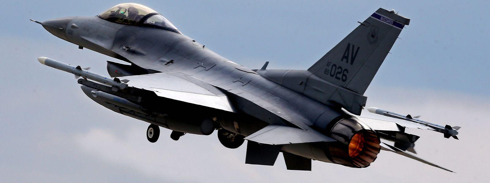 Ein F16-Kampfflugzeug der US Air Force startet während eines rumänisch-amerikanischen Manövers.