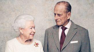 A l'occasion de l'événement, Buckingham Palace a dévoilé deux photographies du couple, prises au début du mois de novembre dans le salon blanc du château de Windsor par le photographe britannique Matt Holyoak.
