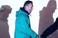 18.01.2021, Russland, Chimki: Alexej Nawalny, Oppositionspolitiker und Kremlkritiker, wird von einem Polizeibeamten vor der 2. Abteilung der Direktion des russischen Innenministeriums von Chimki eskortiert. (Bestmögliche Qualität) (zu dpa «Haftstrafe für Kremlgegner Nawalny bestätigt - Neue Proteste geplant») Foto: Sergei Bobylev/TASS/dpa +++ dpa-Bildfunk +++