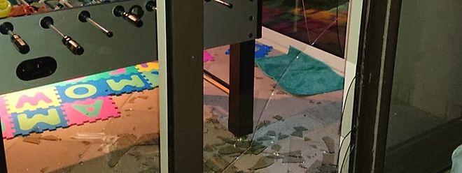 Der Einbrecher hatte ein Fenster auf der Rückseite des Hauses eingeschlagen, um sich Zugang zu verschaffen.