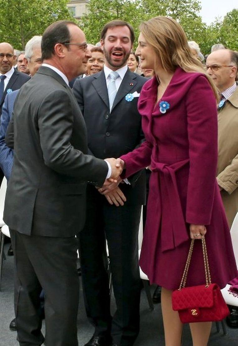 Frankreichs Präsident begrüßt Erbgroßherzogin Stéphanie und ihren Mann Guillaume am Triumphbogen.