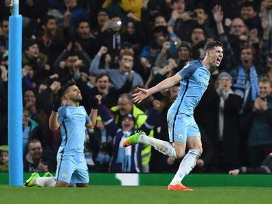 Manchester City um Sergio Aguero und John Stones (r.) gaben nie auf.