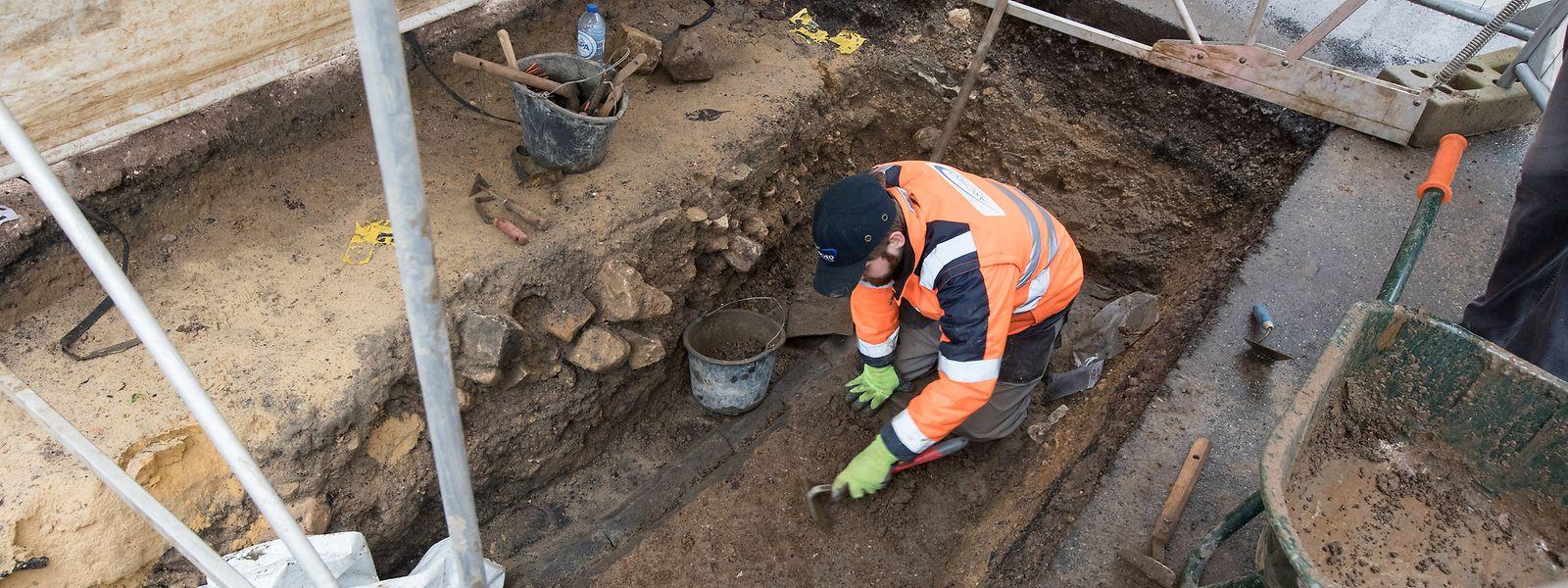 La première phase de fouilles archéologiques se fait parallèlement à la pose d'une conduite de gaz.