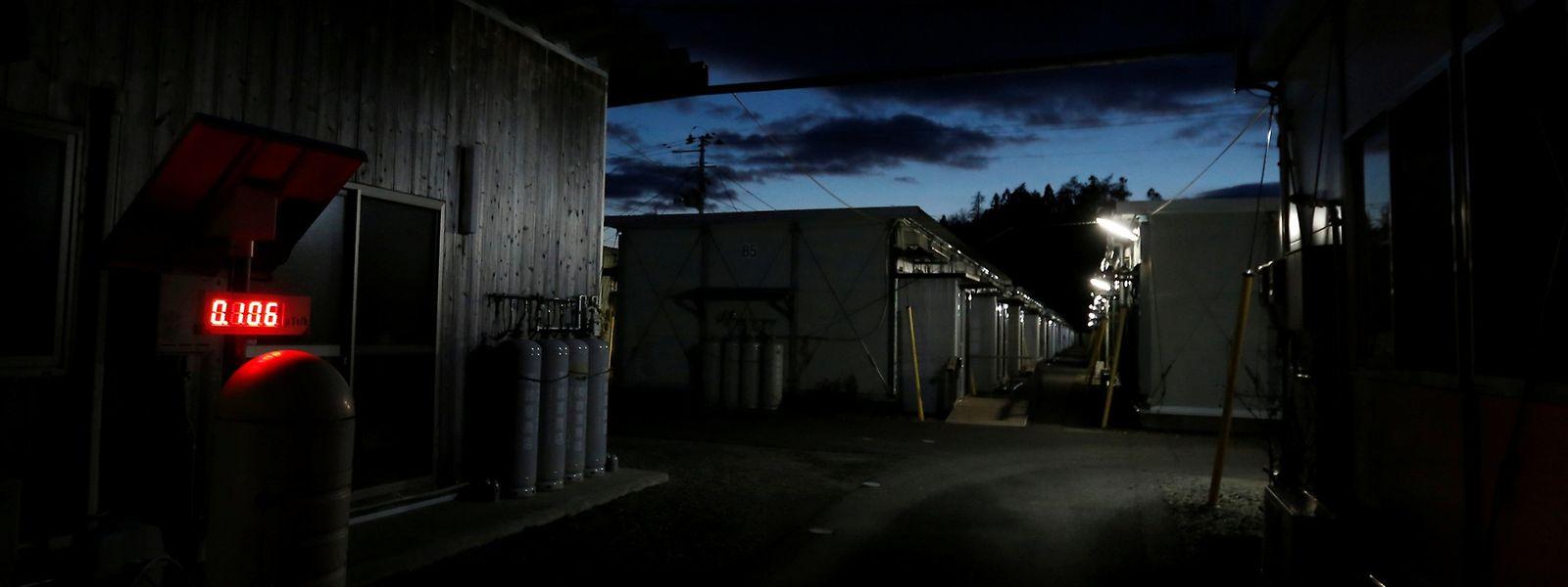Ein Geigerzähler im ehemaligen Wohngebiet der Stadt Namie, zeigt einen  Strahlungspegel von 0,106 Mikrosievert pro Stunde an. Zum Vergleich: Die natürliche Strahlung, der ein Mensch bei uns ausgesetzt ist, hat eine Dosisleistung im Bereich von etwa 0,0001 bis 0,0002 Millisievert pro Stunde.