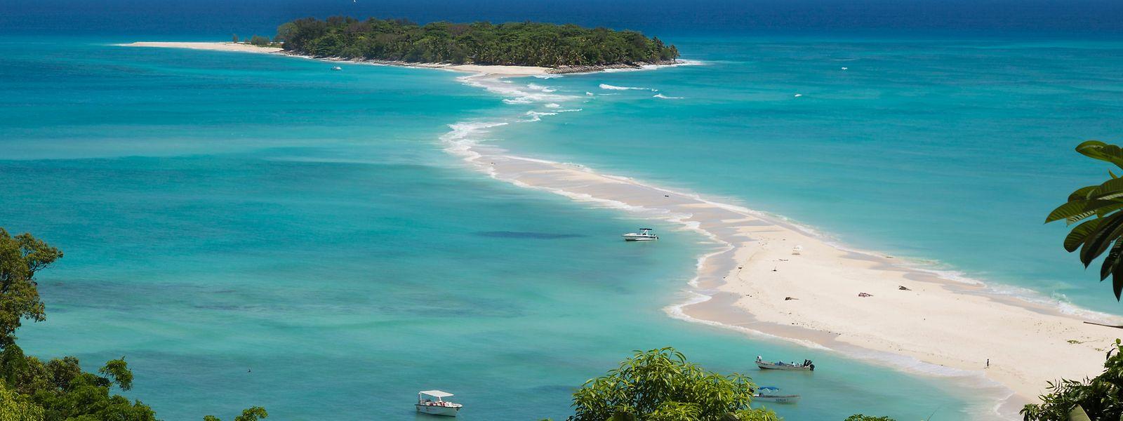 Türkisblaues Wasser umgibt den Tropeninselstrand Nosy Be vor der Küste Madagaskars.