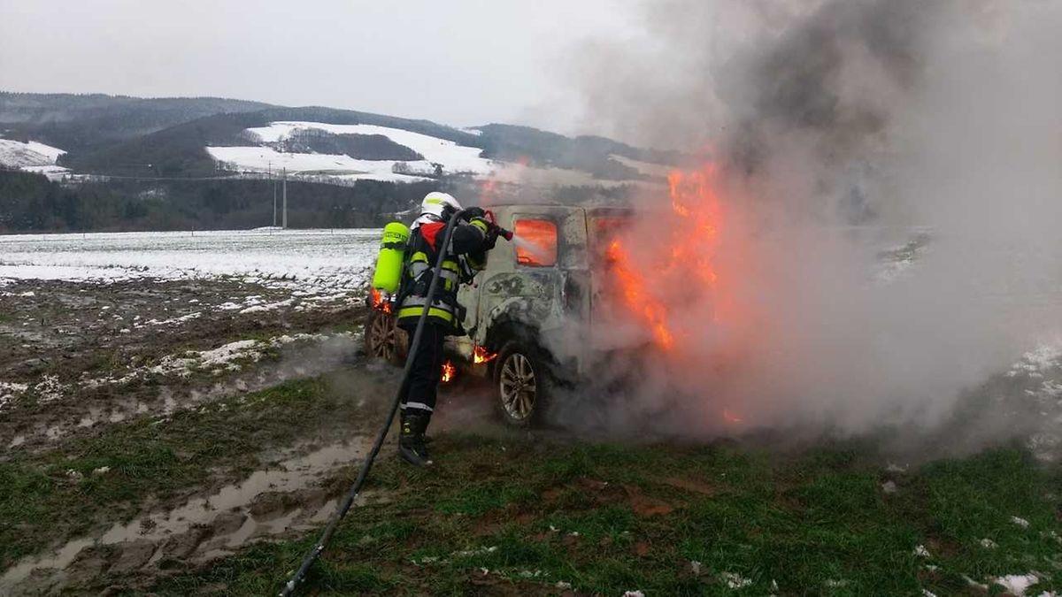 Das brennende Auto konnte, trotz schnellen Einsatzes der Feuerwehr, keinesfalls gerettet werden.