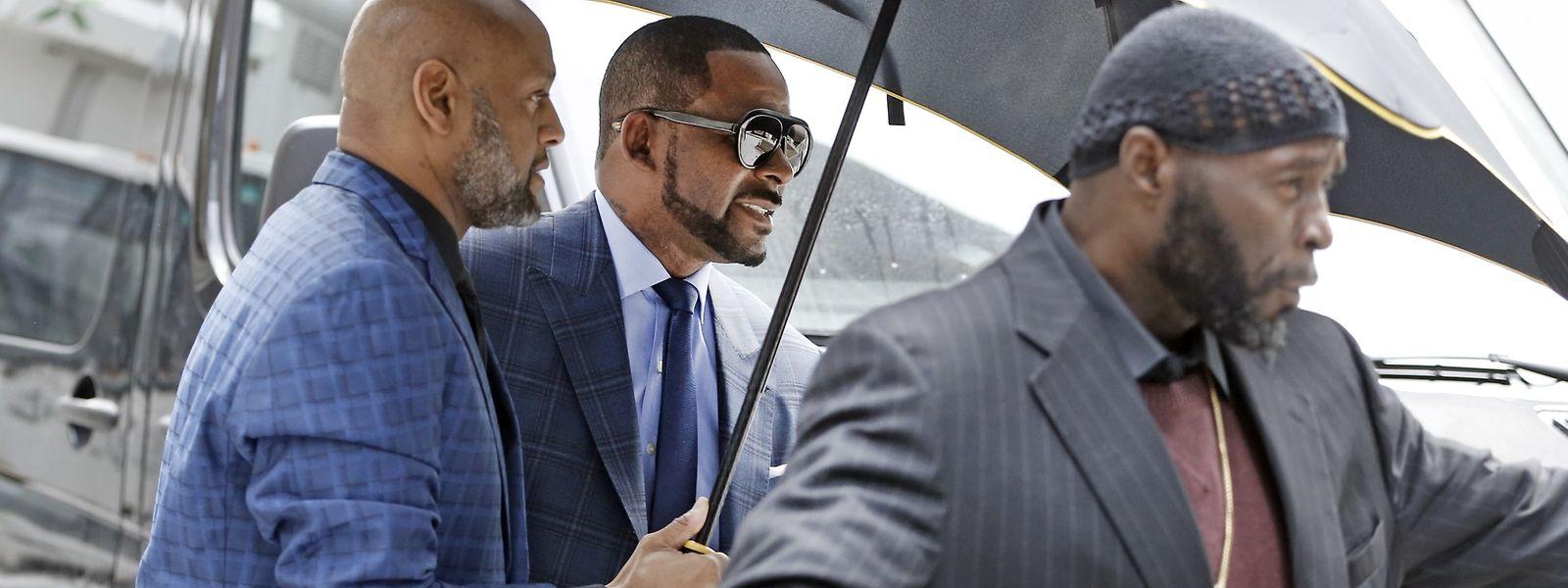 R. Kelly erscheint zu einem Gerichtstermin in Chicago.